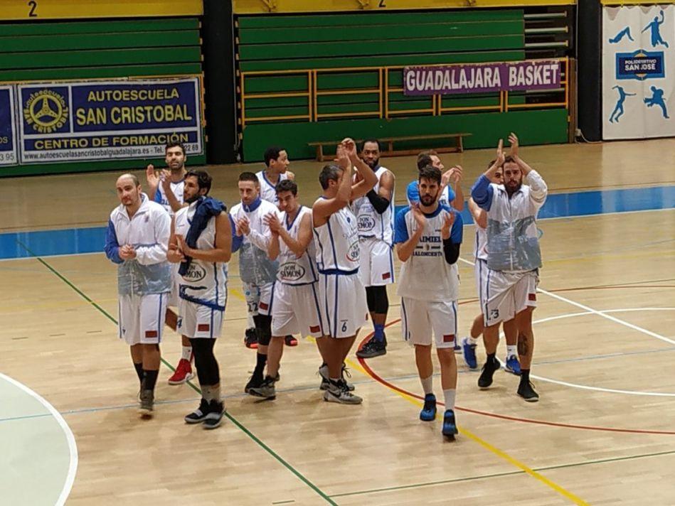 Los-jugadores-del-CB-Daimiel-celebran-la-victoria-en-Guadalajara